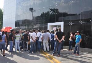 Pasajeros protestan en la sede de la aerolínea en Caracas