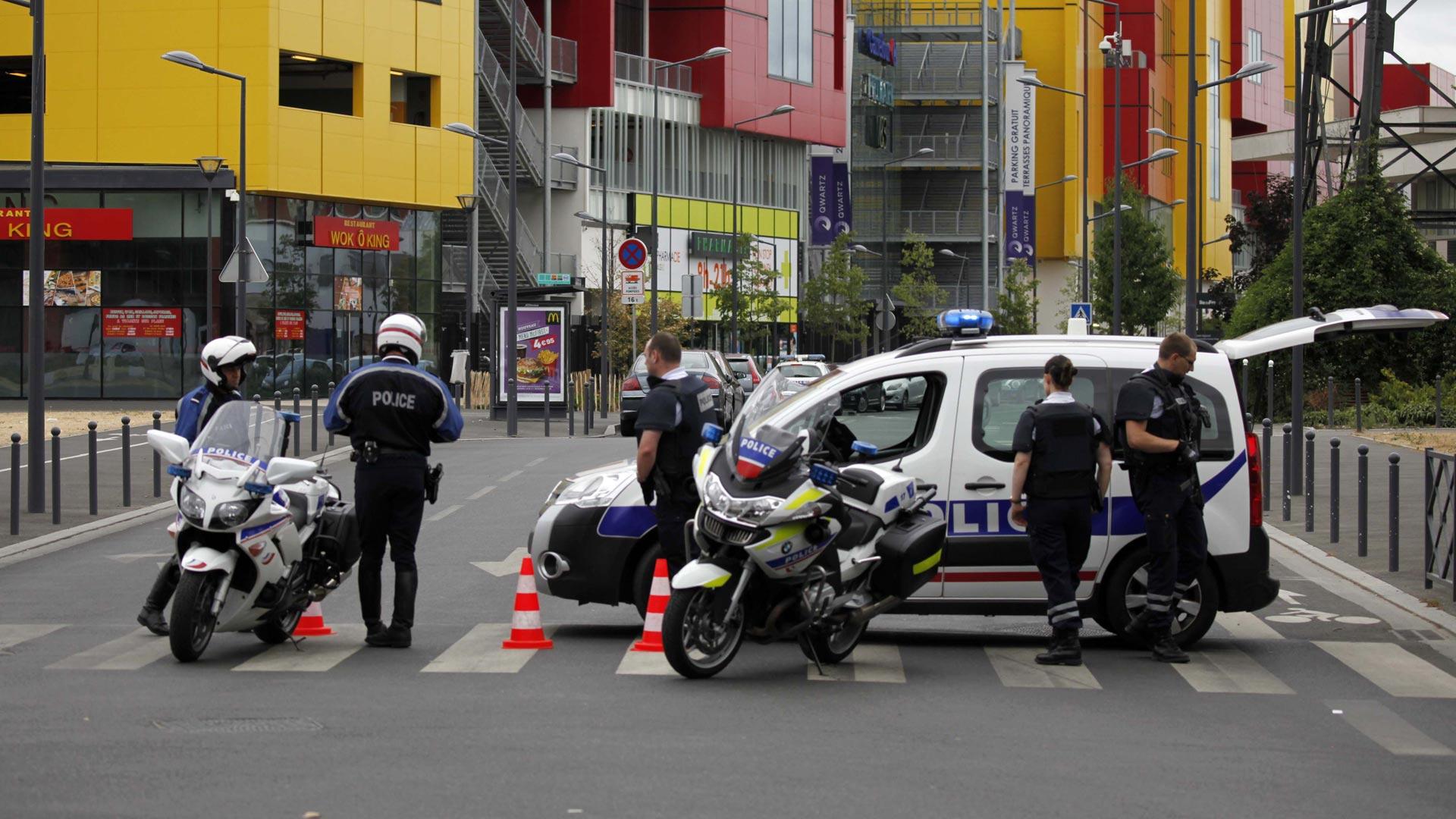 Alrededor de tres sujetos entraron a una tienda en un centro comercial de la ciudad de Villeneuve-la-Garenne, para robar mercancía