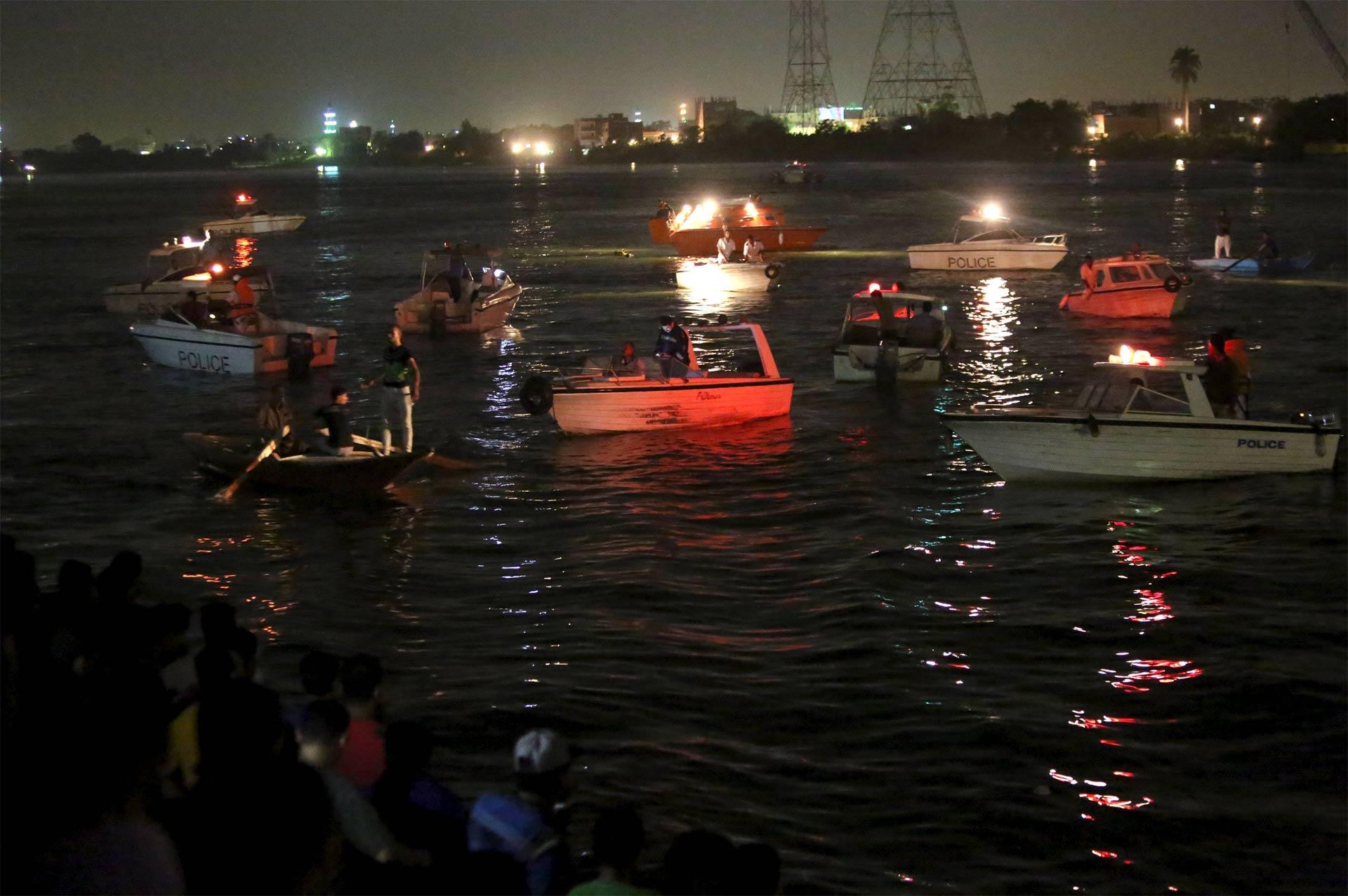 Autoridades durante la búsqueda y rescate de la embarcación hundida