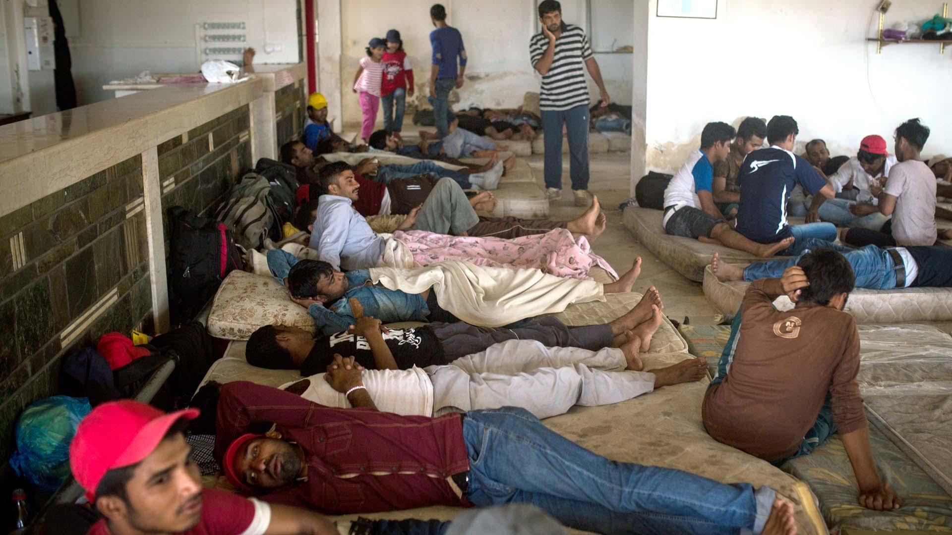 Decenas de refugiados llegan a diario a la isla griega de Cos. Duermen en el piso mientras logran tramitar una visa para seguir rumbo al continente