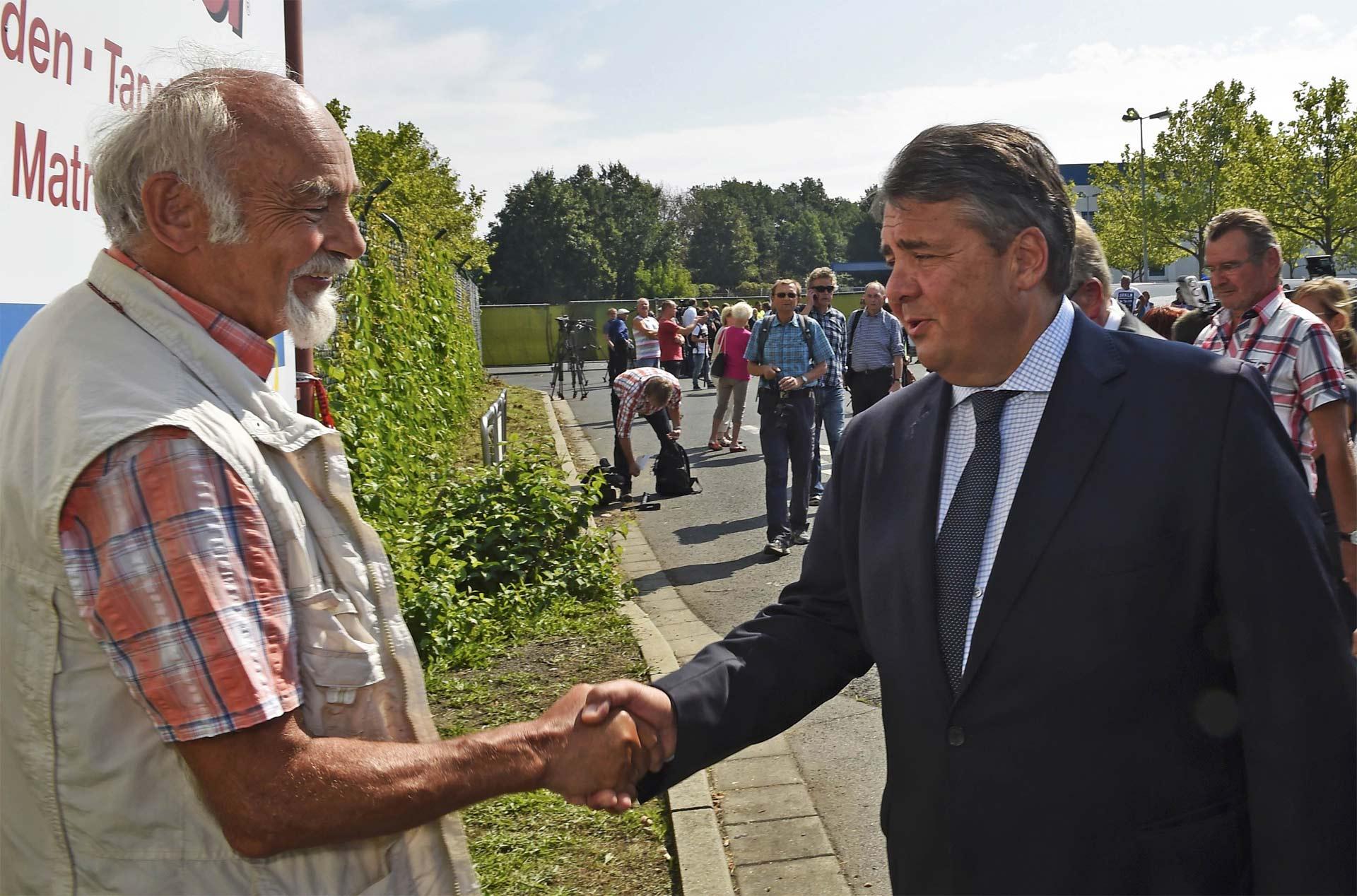 El vicecanciller alemán, Sigmar Gabriel, visitó Heidenau luego de los hechos racistas del fin de semana