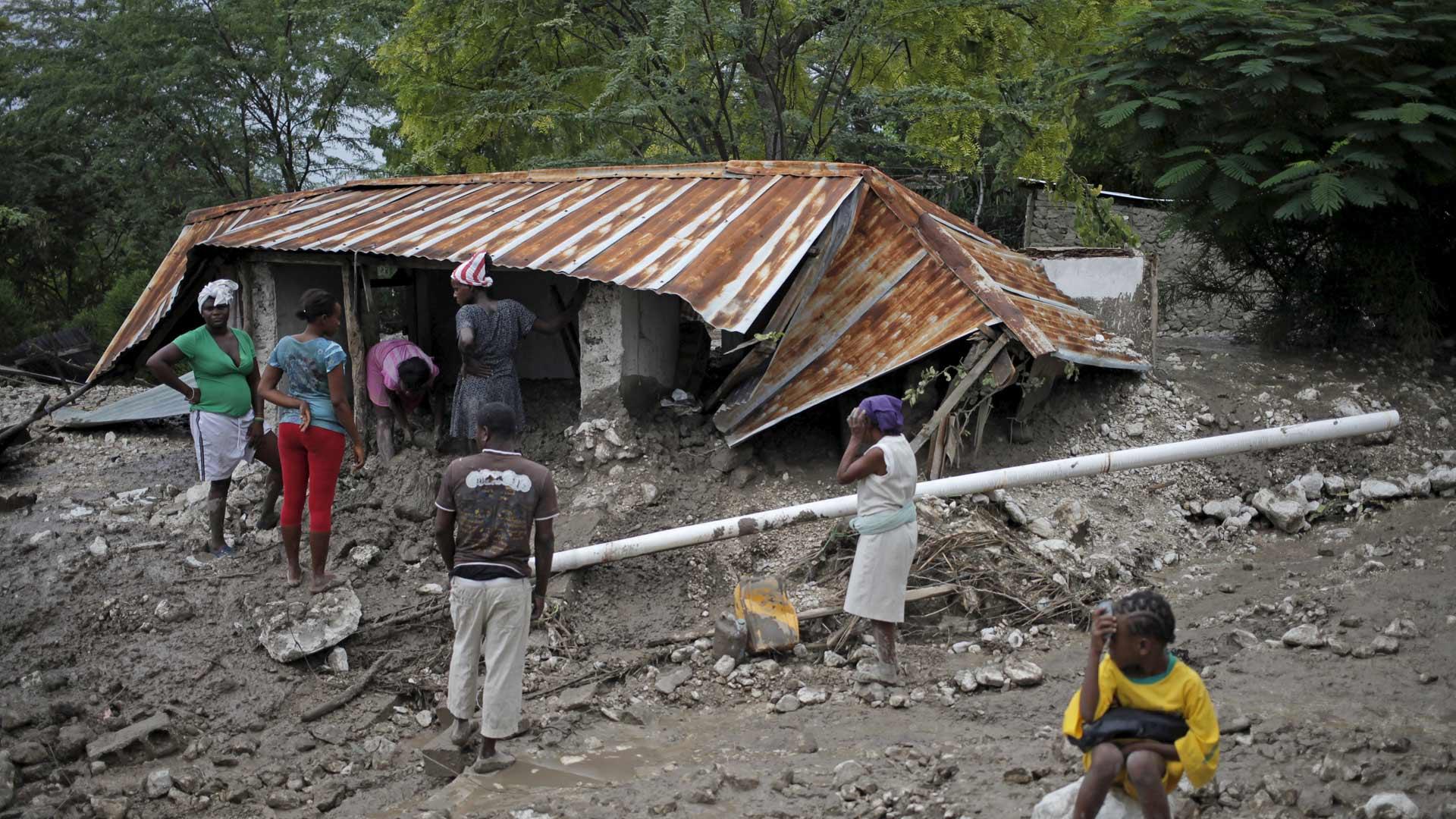 La tormenta provocó deslizamientos de tierra e inundaciones en los que fallecieron habitantes de la isla