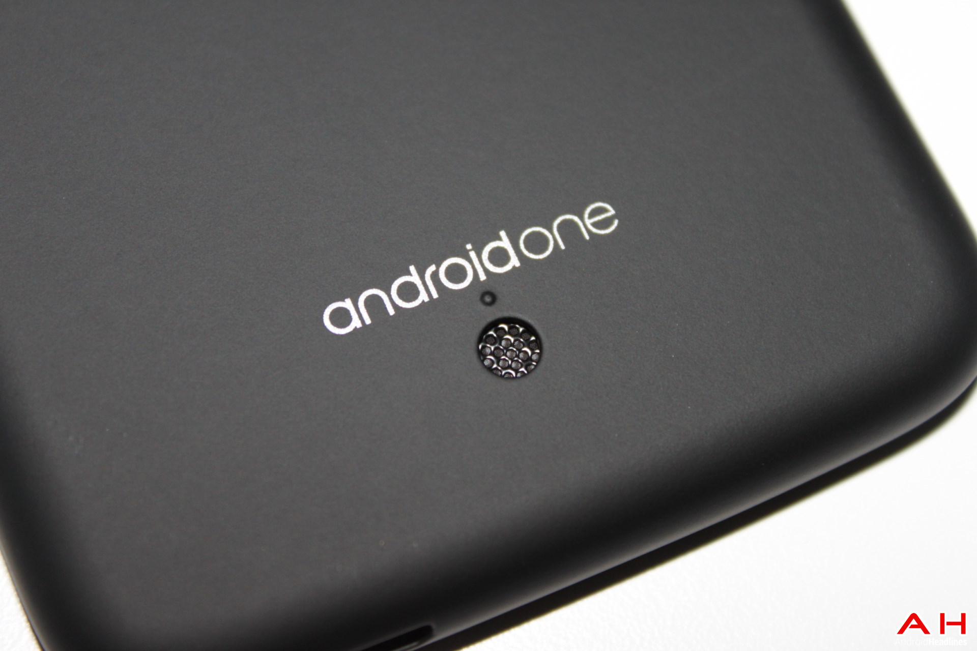 La empresa presentó un smartphone de bajo precio en seis países del continente