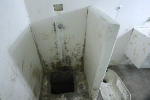 """Este es el hueco de la ducha que encontraron en la celda de """"El Chapo"""", por donde supuestamente escapó"""