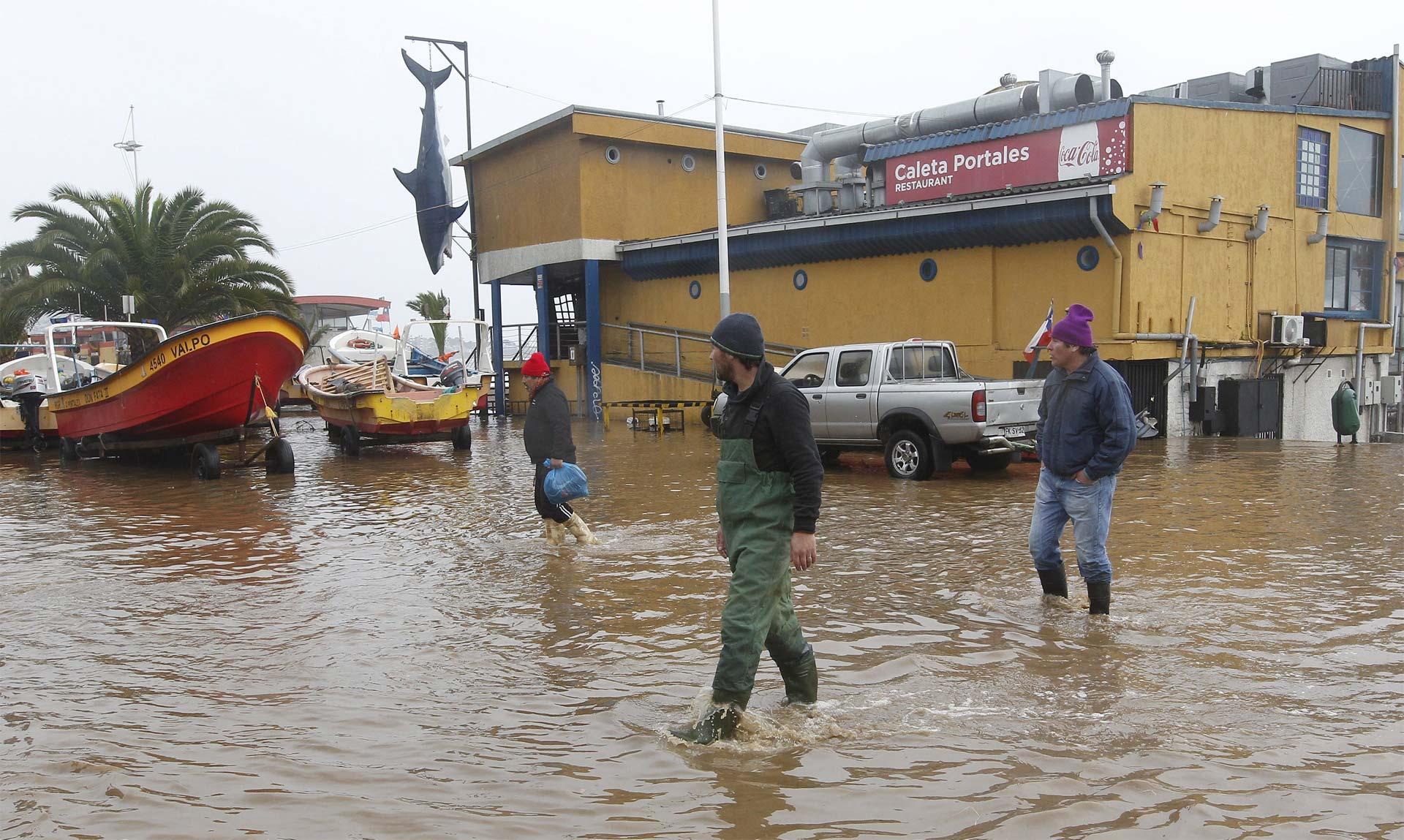Chilenos se movilizan por las lluvias