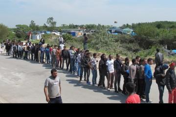 Pone trabas para la entrada de extranjeros y refugiados