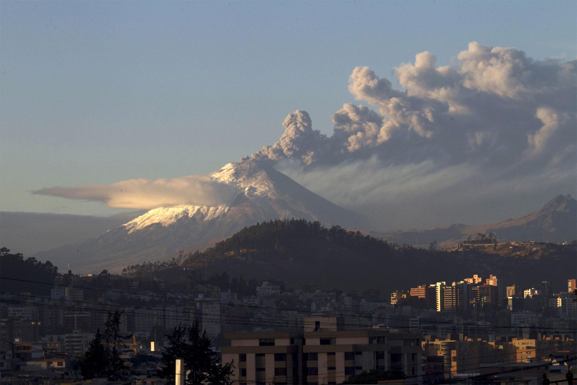 Los restos del volcán ecuatoriano ya alcanzaron a cinco provincias del país