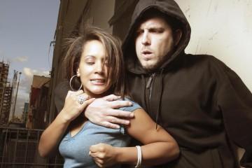 Se recomienda evaluar la situación y ser prudente si hay riesgo de lesiones o la agresión es con un arma