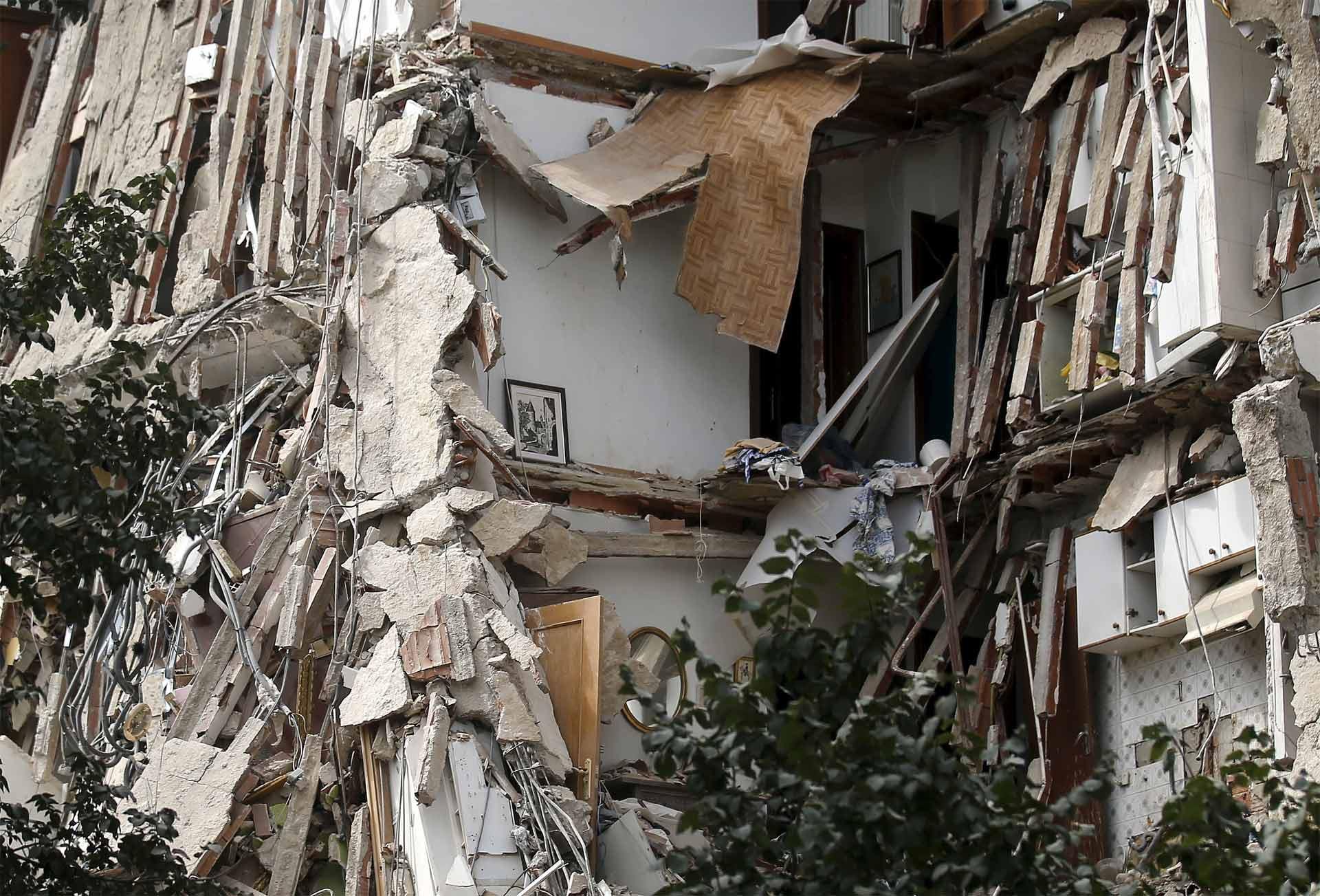 Una torre de viviendas de cuatro pisos colapsó pocas horas después de que fueran desalojados sus habitantes