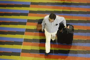Desde el primero de octubre quienes viajen al exterior tendrán que cancelar Bs. 5.100