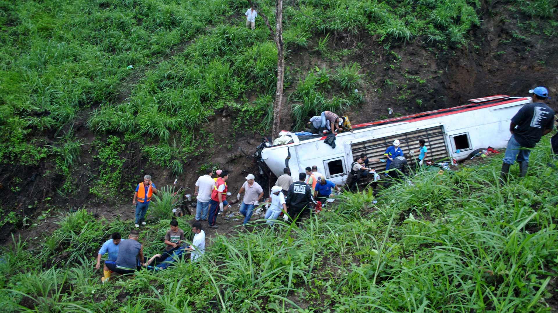El siniestro ocurrió luego de que el autobús se accidentara en una carretera sinuosa y empinada