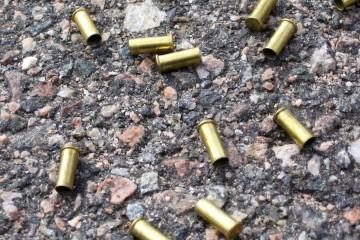 Un estadounidense ingresó a un iglesia y disparó contra la madre de su hijo recién nacido