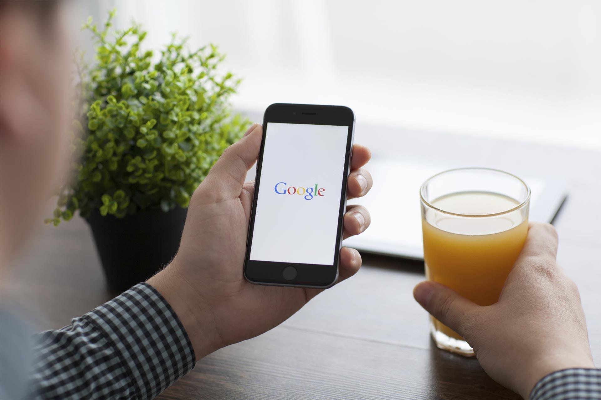 El gigante tecnológico da preferencia a sus propios servicios en las búsquedas en Internet