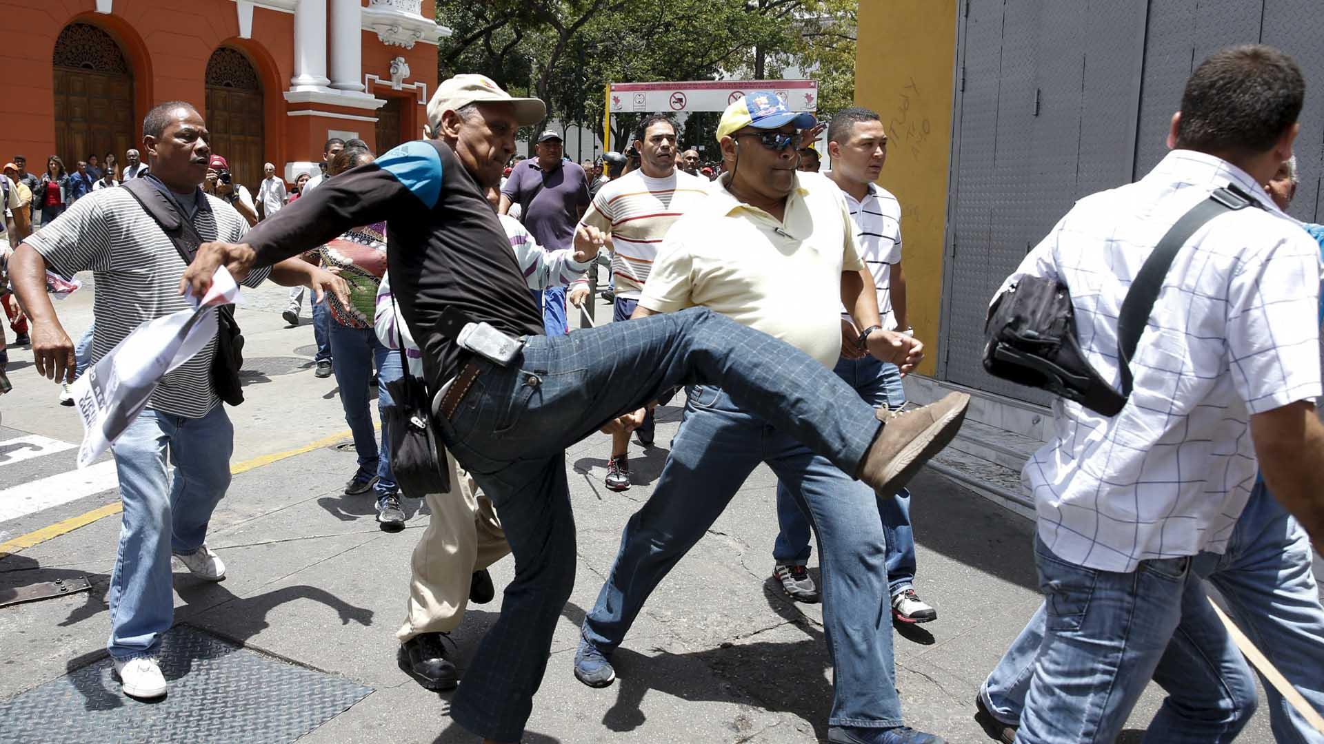 Al parecer habría una persona fallecida en medio de las agresiones entre las facciones presentes frente al Palacio de Justicia