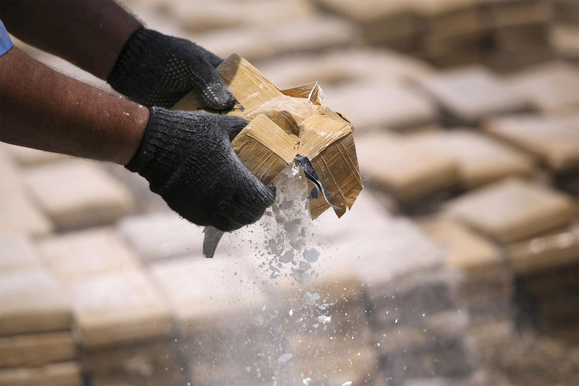 Un funcionario de alta graduación de la Fuerza Aérea Boliviana transportaba 400 kilos de la droga desde Perú