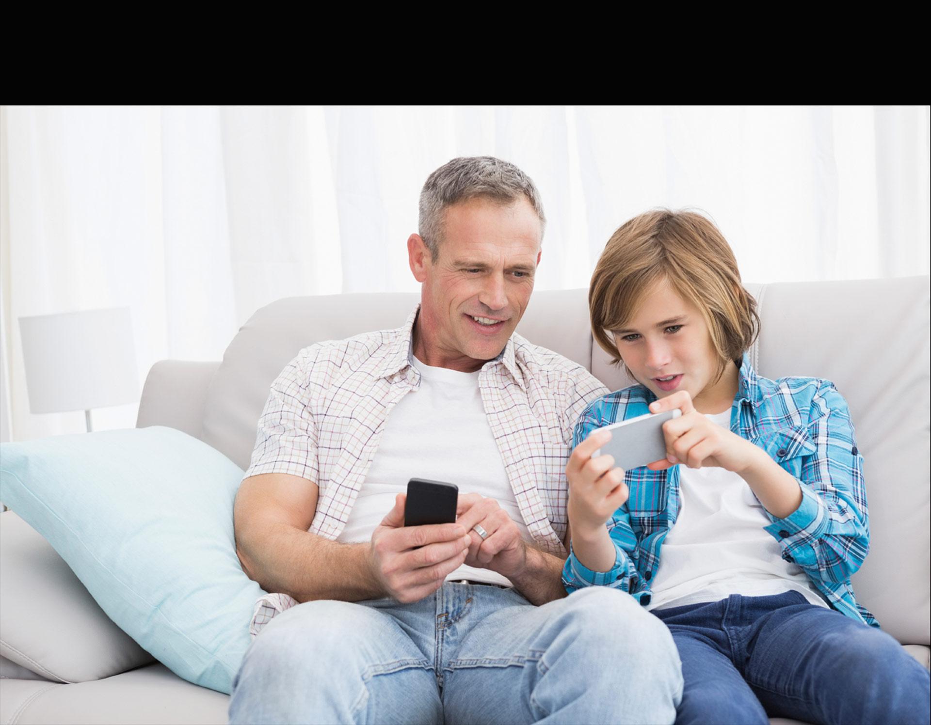 Los adolescentes suelen estar pegados al móvil. Por eso es necesario que aprendan a emplearlo de la mejor manera