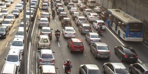 La ausencia de casco o el desconocimiento de los puntos ciegos del retrovisor de un vehículo aumentan el peligro