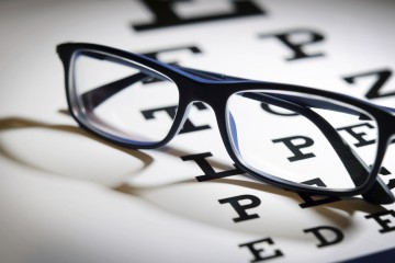 Según la OMS es importante proteger los ojos ante los rayos del sol y asistir al oftalmólogo