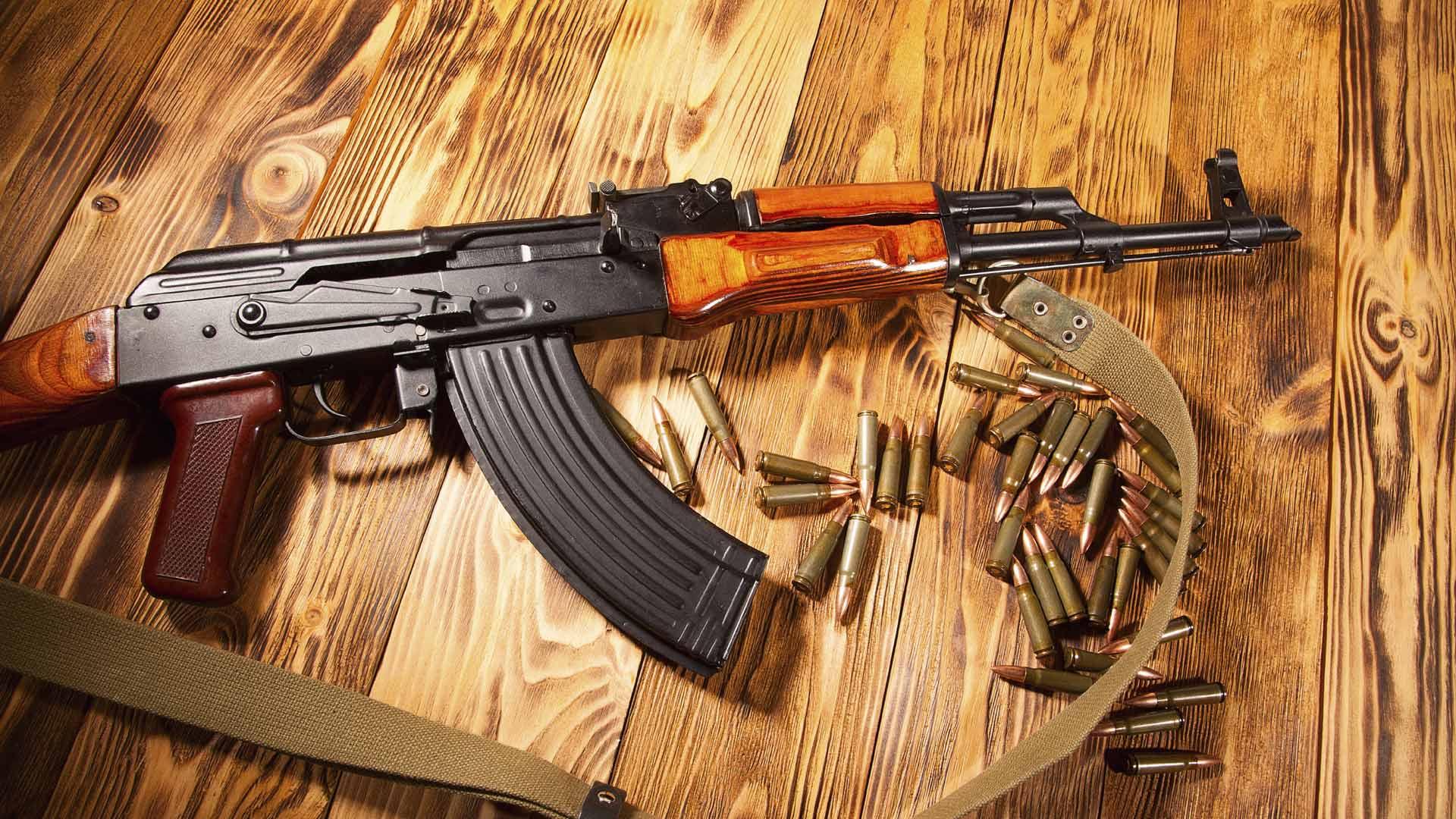 Su cuasi insdestructibilidad lo ha convertido en el arma preferida de rebeldes, revolucionarios y asesinos