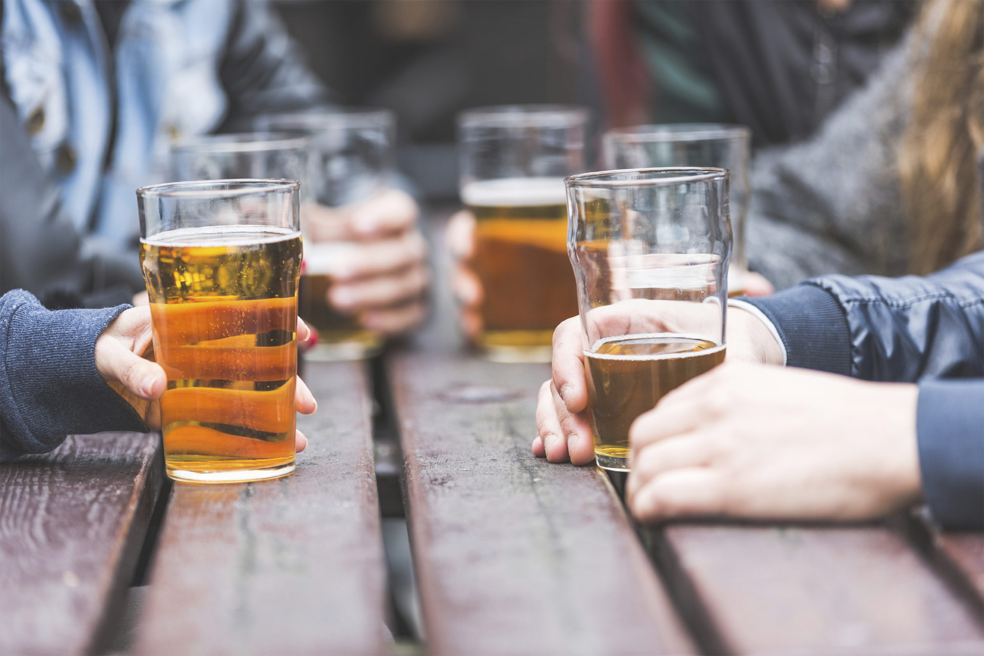 Siempre y cuando se trate de adultos sanos, la ingesta moderada de esta bebida tendría efectos positivos
