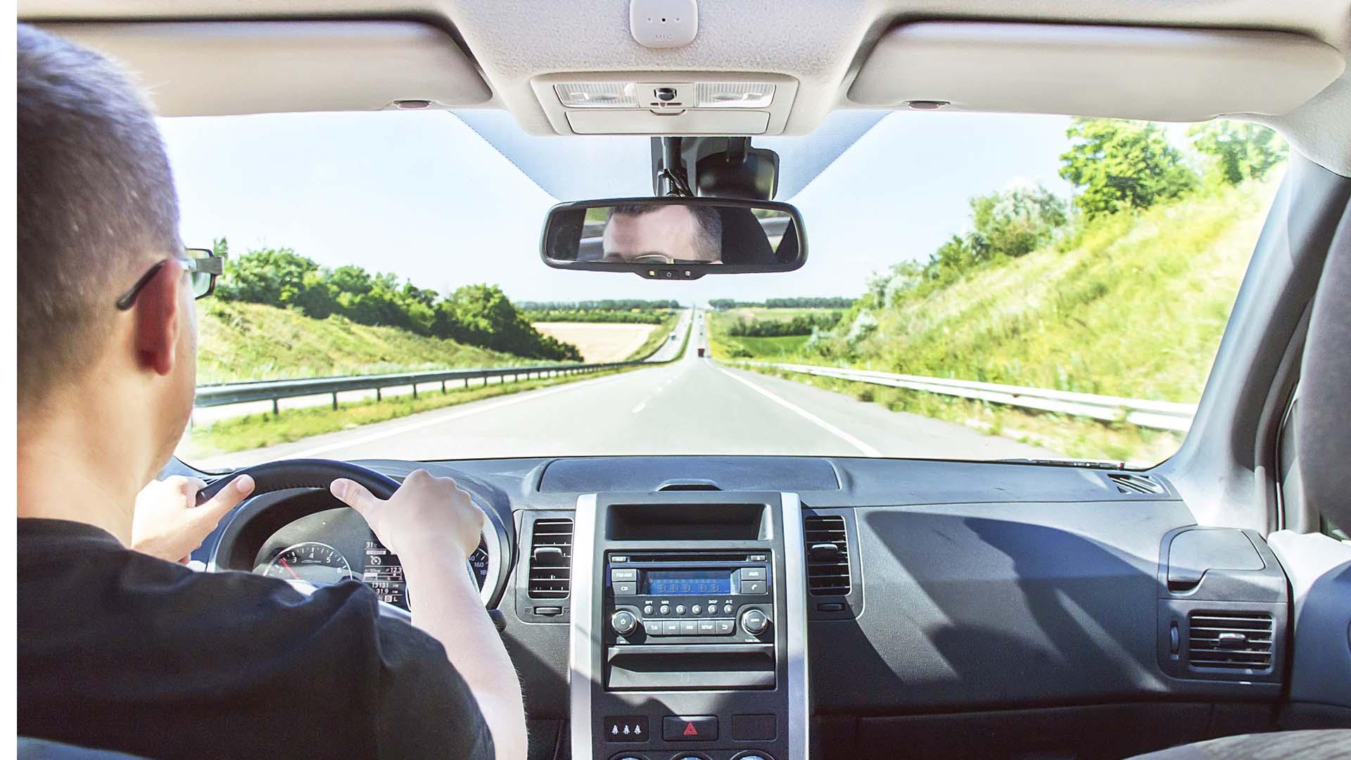 A través del GPS localiza a los vehículos e informa a los conductores de potenciales peligros