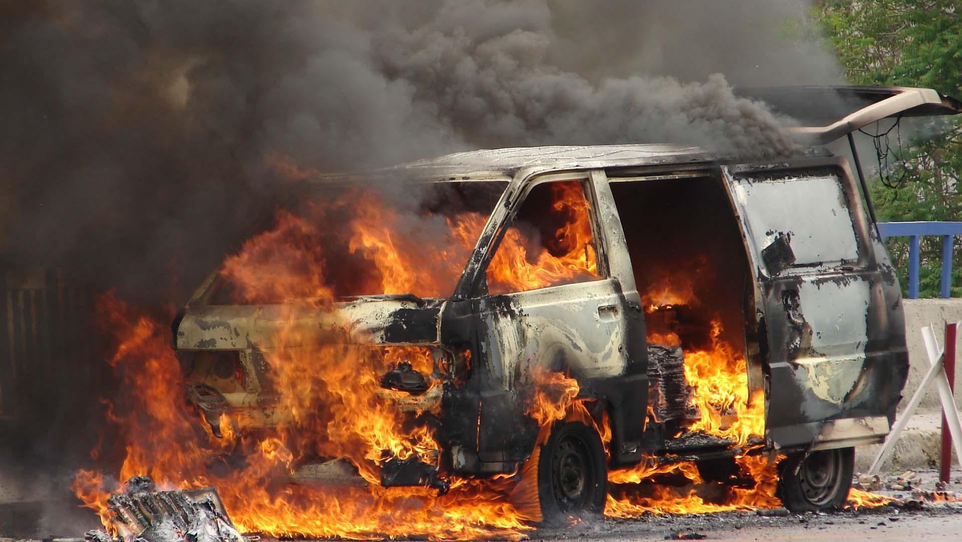 Un vehículo cargado con explosivos explotó frente a un club para policías
