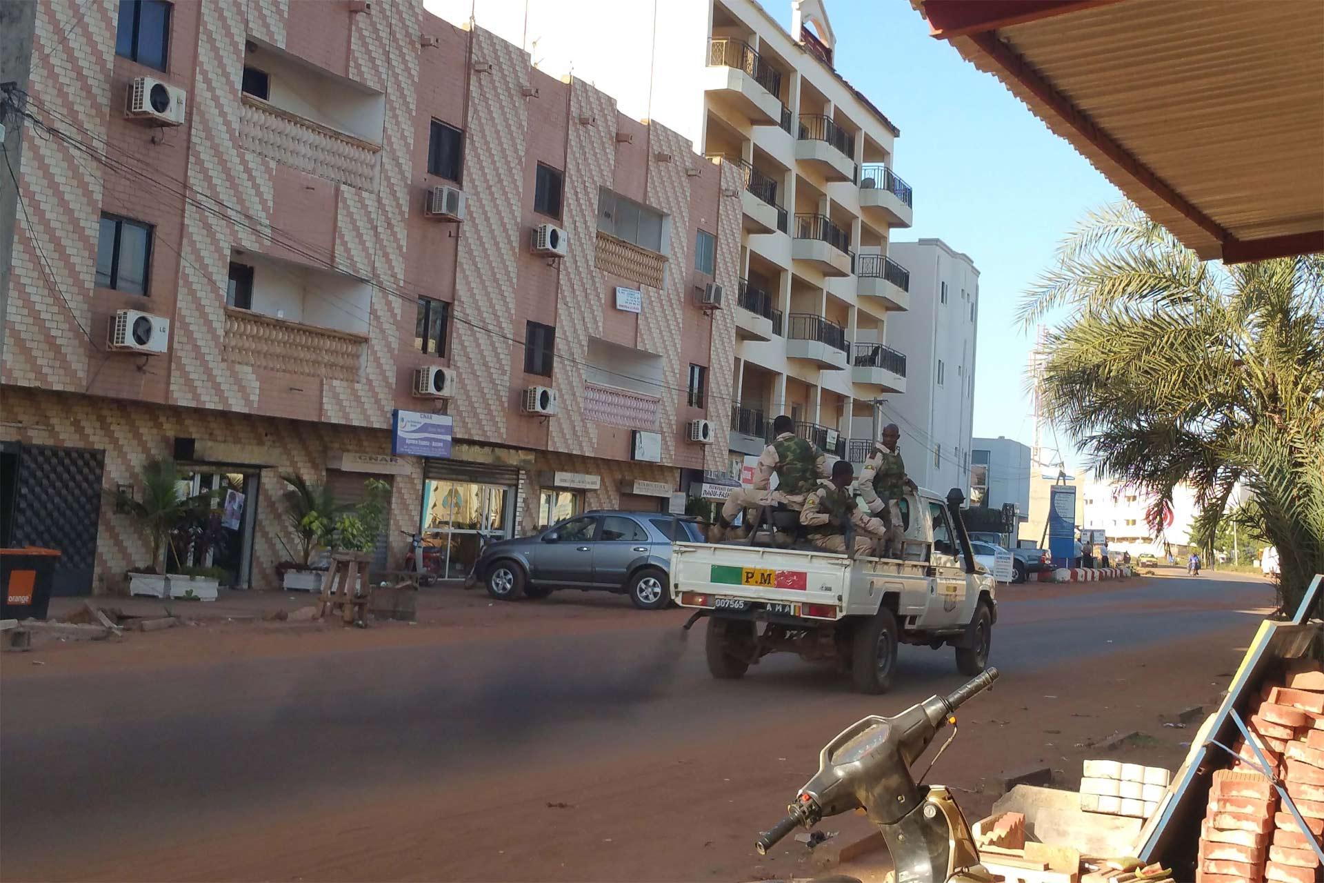 Atacantes entraron en un carro con placa diplomática y asesinaron a 3 guardias