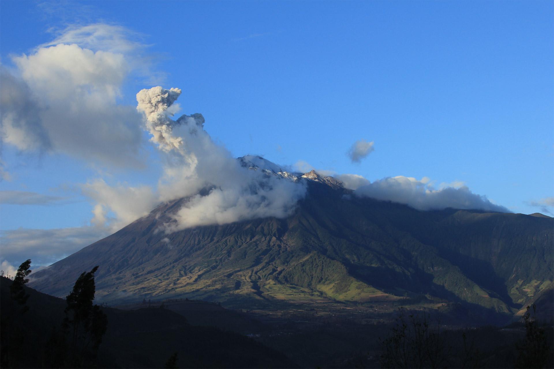 El Tungurahua, ubicado en Ecuador, registró emisiones continuas de ceniza