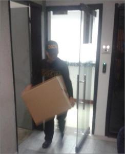 Un funcionario venezolano retira material de la sede de la FVF