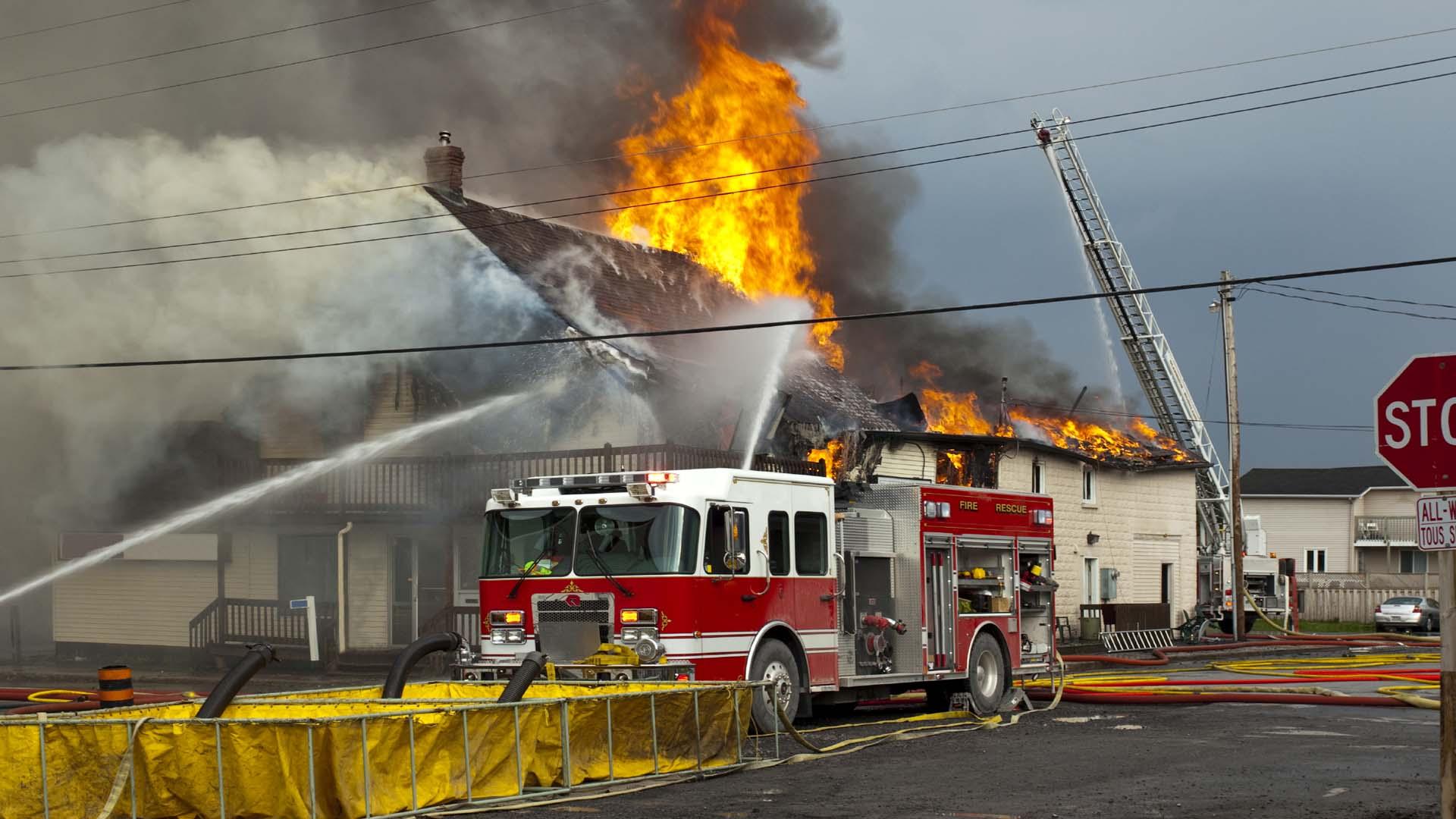 800 bomberos y funcionarios de Protección Civil combatieron el accidente, 50 personas pudieron ser rescatadas