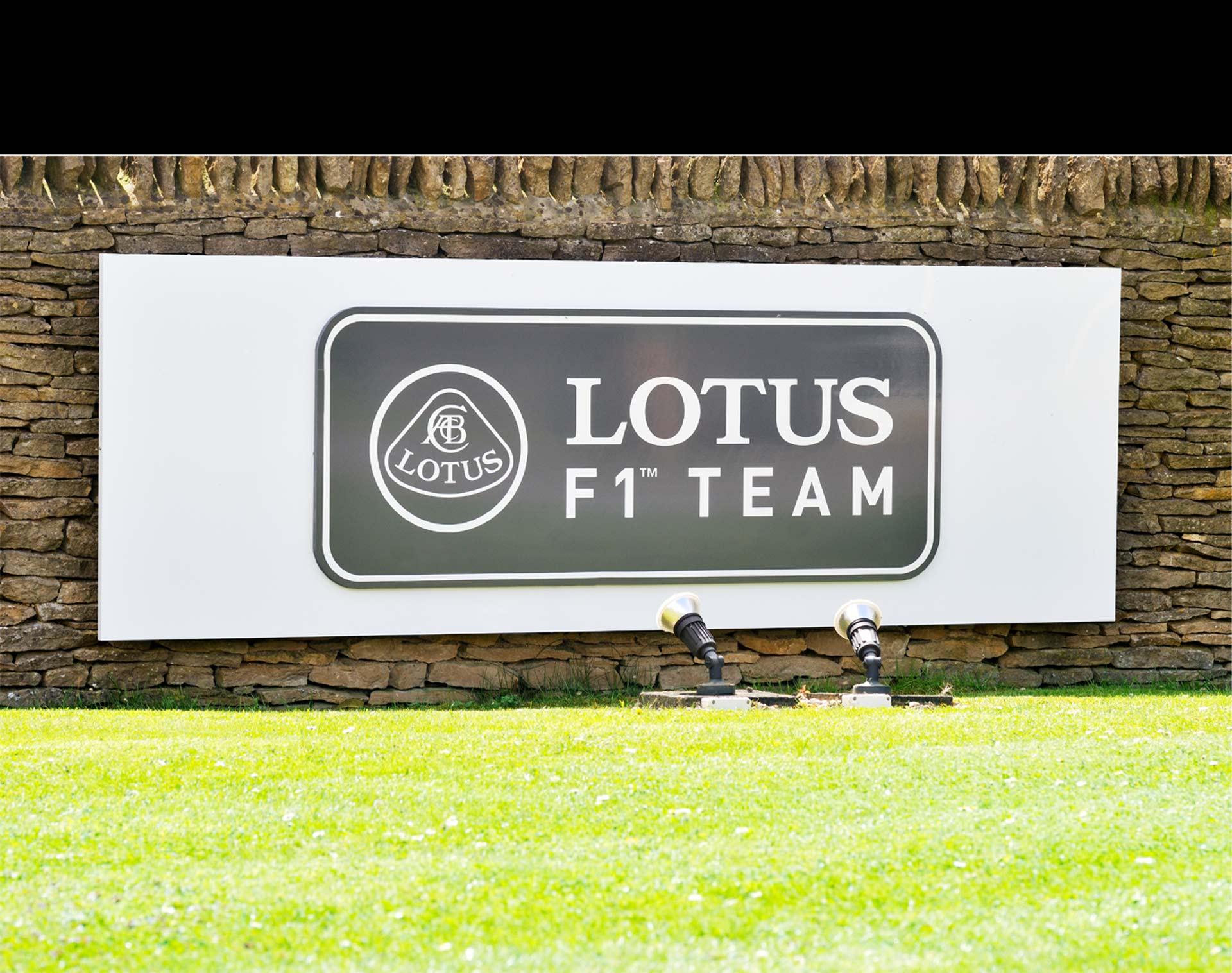La firma francesa compró la escudería de Fórmula 1. El piloto venezolano Pastor Maldonado ya había firmado su continuidad en el equipo
