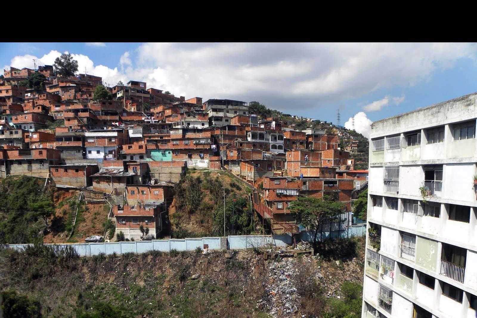 Uno de ellos, según residentes de la Cota 905 –escenario del suceso– uno de ellos era funcionario de la Policía Nacional Bolivariana