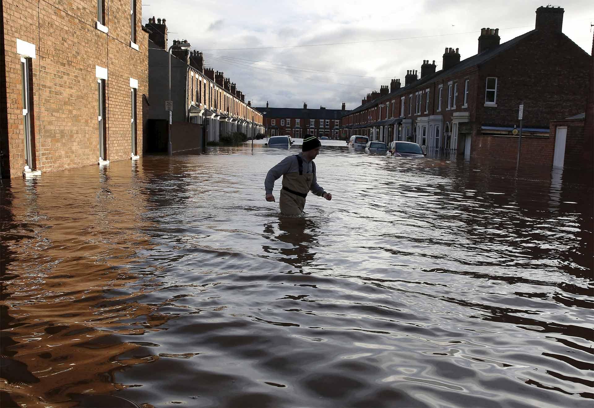 Escuelas y hospitales del norte de Inglaterra permanecen cerrados debido a las inundaciones causadas por el temporal