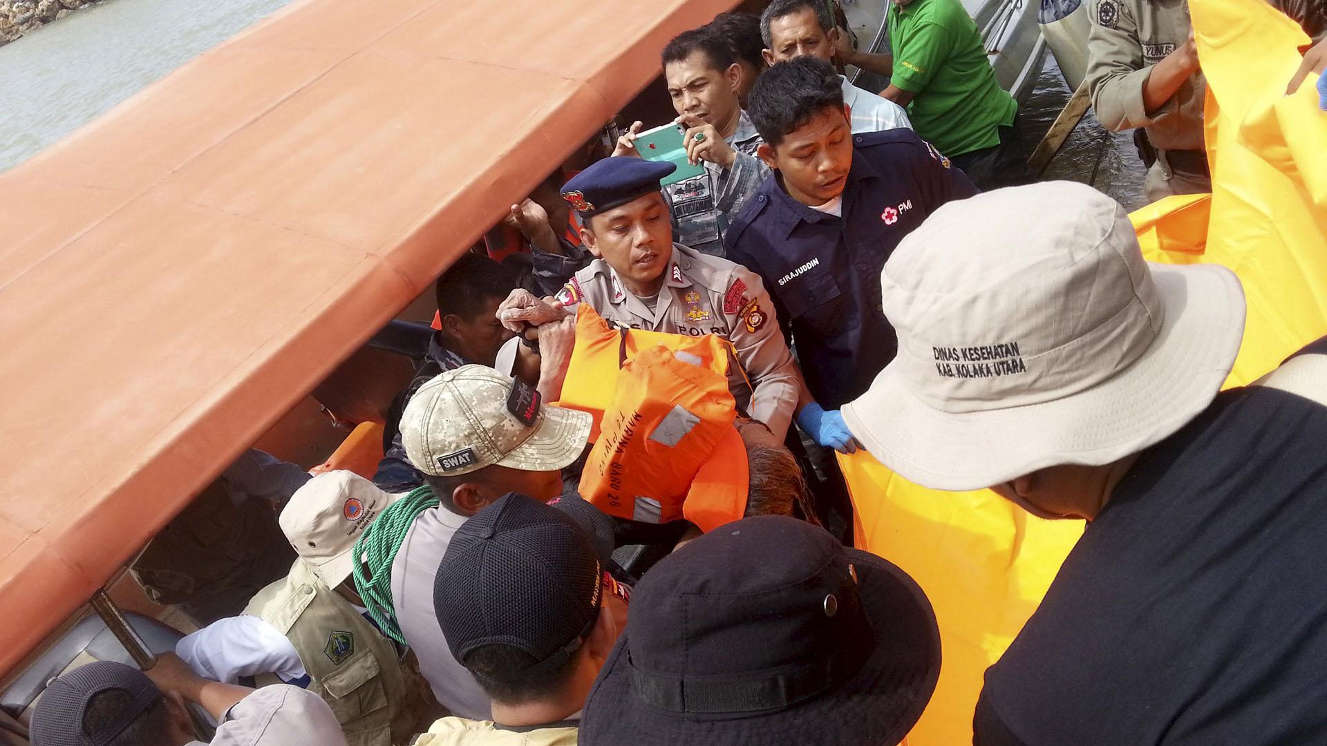 """Las autoridades aún buscan a 78 personas que siguen desaparecidas tras el hundimiento del ferry """"Marina Baru"""" en las costas de la isla de Sulawesi"""