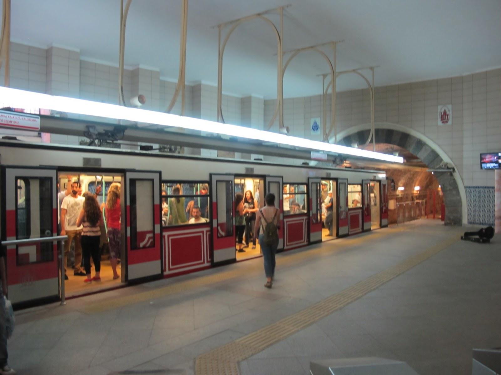 El supuesto accionar de una bomba casera pudo ocasionar la fuerte detonación en las adyacencias del metro