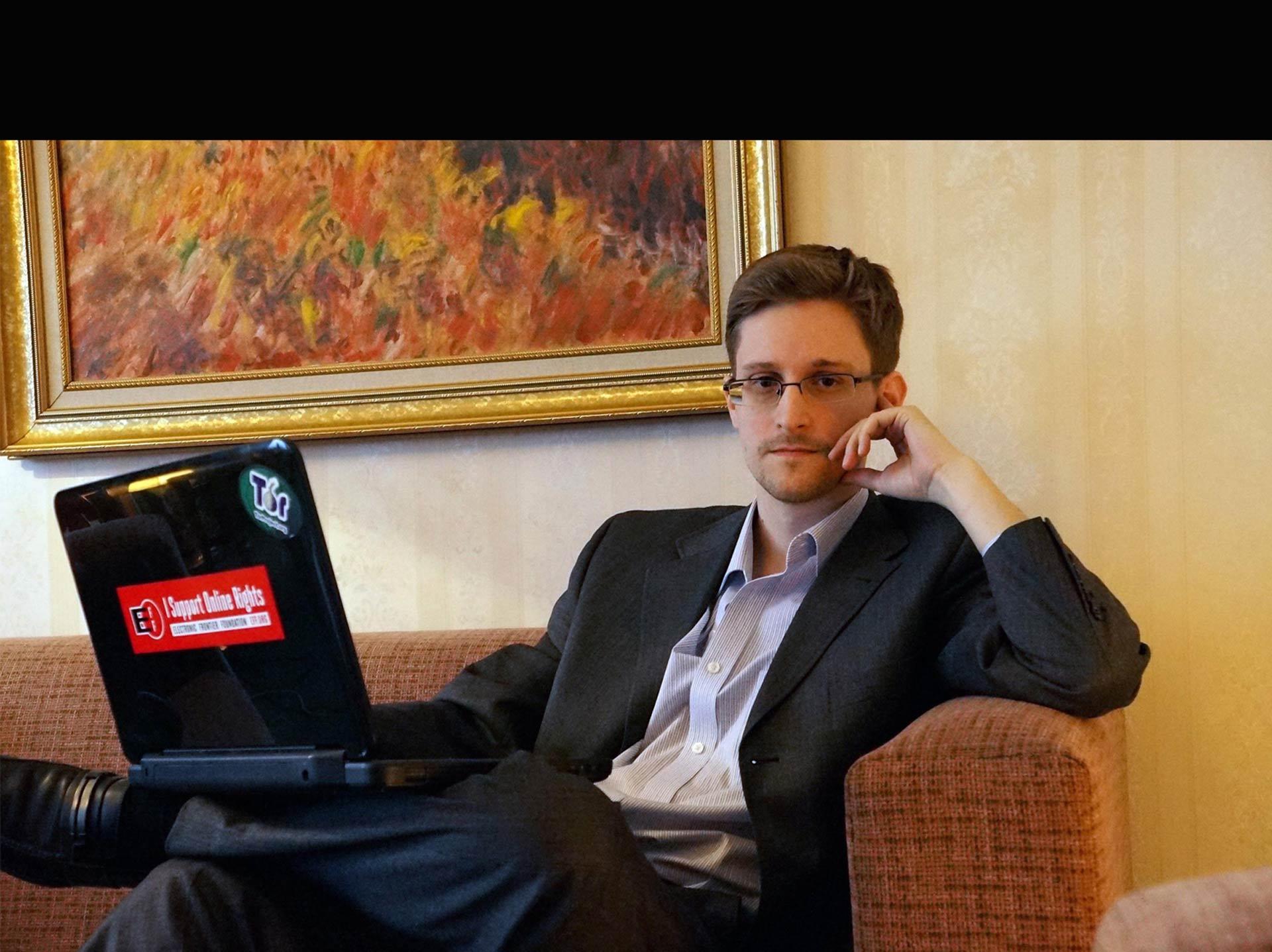 El exagente de la CIA recomienda utilizar servicios de mensajería encriptada y crear contraseñas más complejas