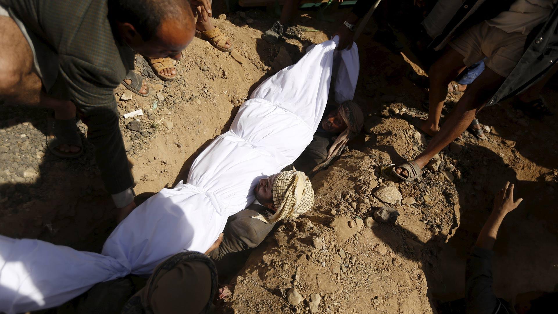 El atentado ocurrió cuando los fieles salían del tradicional rezo del viernes. Fallecieron tres personas