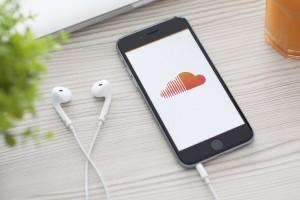La unión permitirá que toda la biblioteca musical de la compañía esté disponible en la plataforma web lo que representa una gran competencia para Spotify