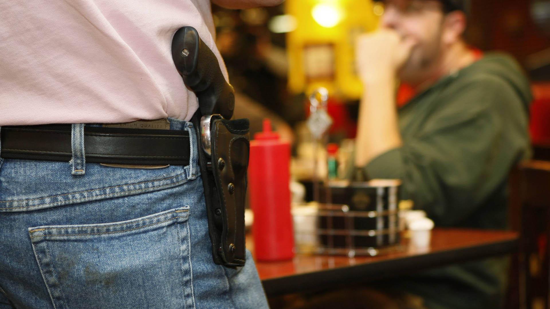 La medida establece que los ciudadanos que tengan licencia para portar armas, ahora pueden hacerlo en su funda, a plena vista