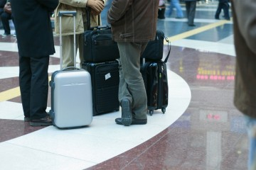 Una empresa tecnológica israelí dio vida a una maleta-robot que avisa al dueño si otra persona quiere llevársela