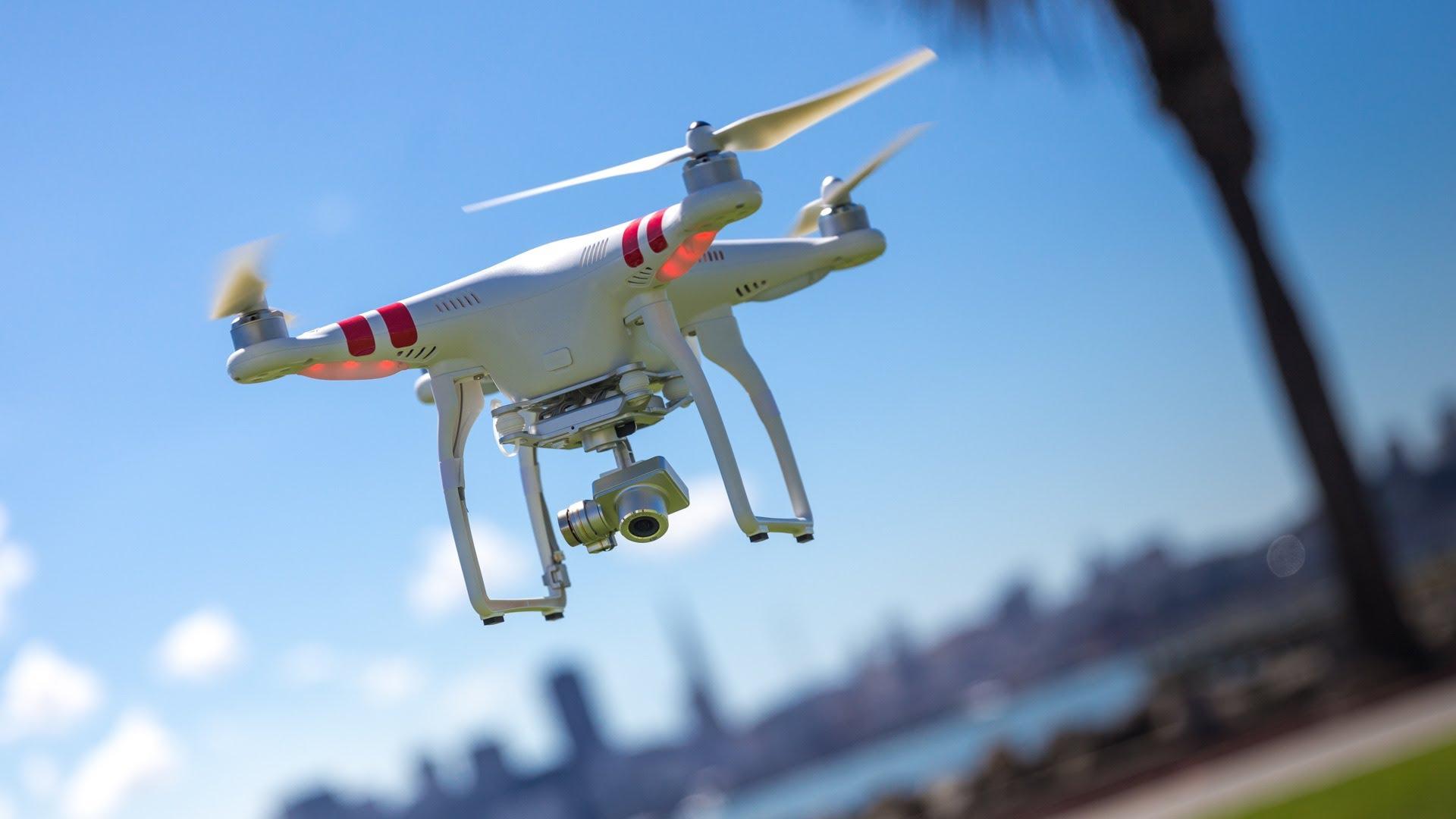 Este proyecto pretende crear un dispositivo que atrape a otros drones que sobrevuelen áreas restringidas