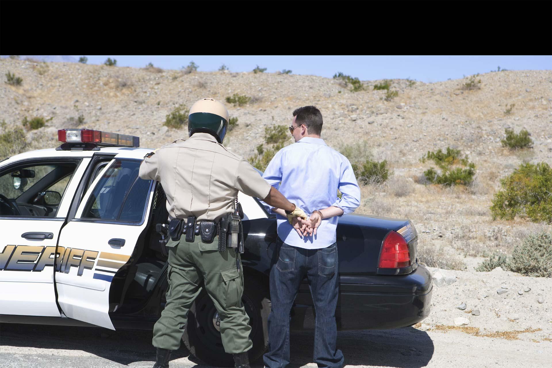 Uno de los fugitivos resultó herido luego de que el carro en que escapaba se volteara