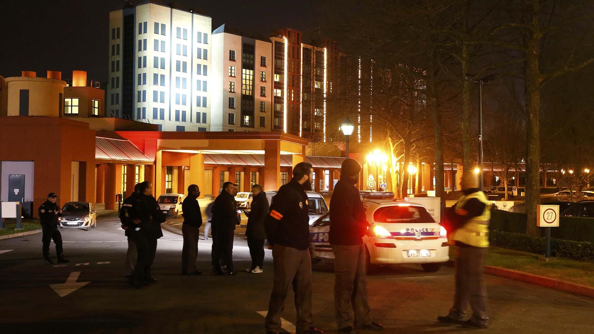 Al individuo le incautaron dos armas y cartuchos de balas durante un control de seguridad en un hotel del parque