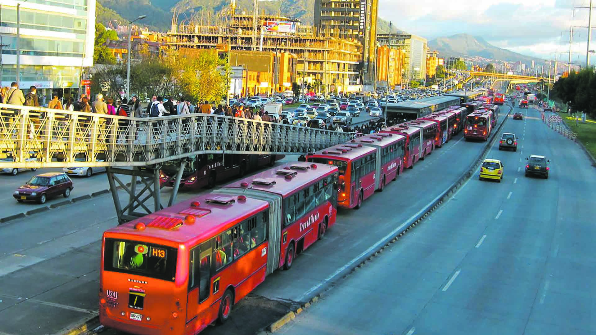 Las agresiones comenzaron cuando los usuarios bloquearon una de las principales avenidas de la ciudad debido a la demora del TransMilenio