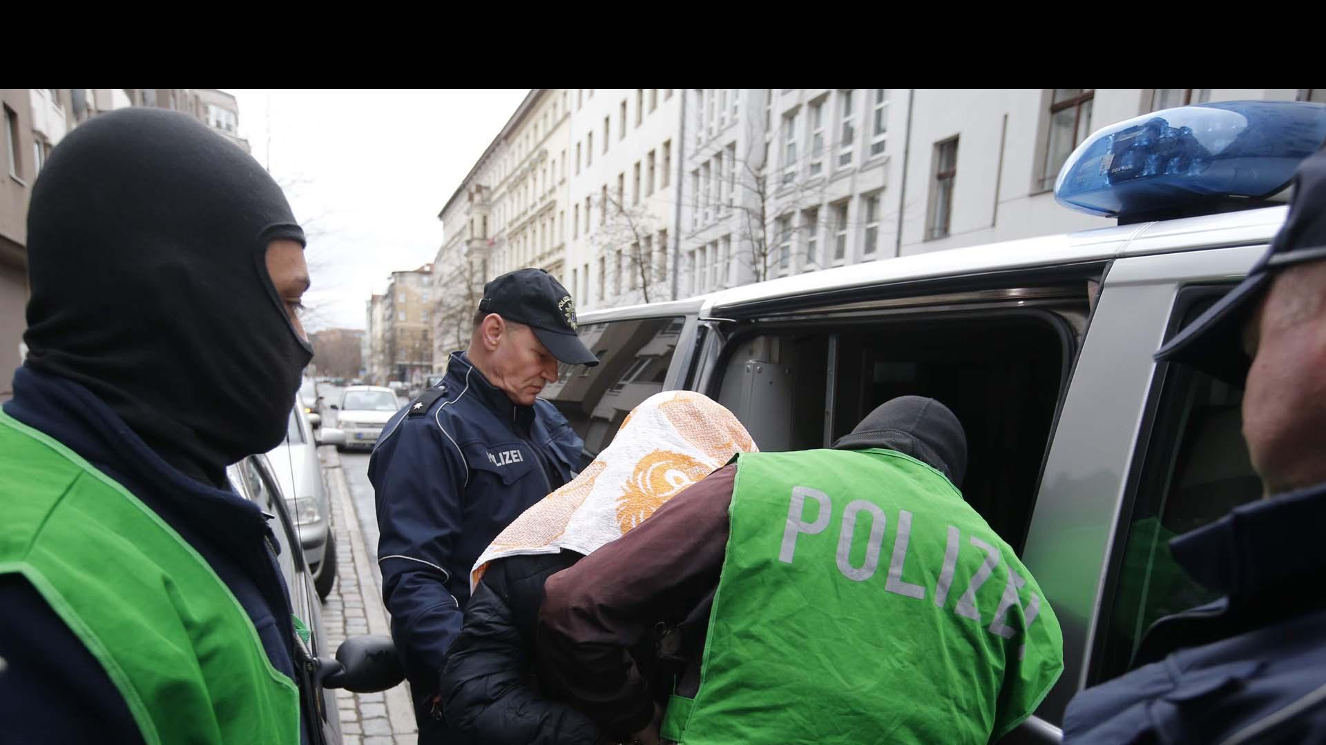 Policía aseguró que vivían con sus dos hijos en un centro de refugiados en la capital alemana