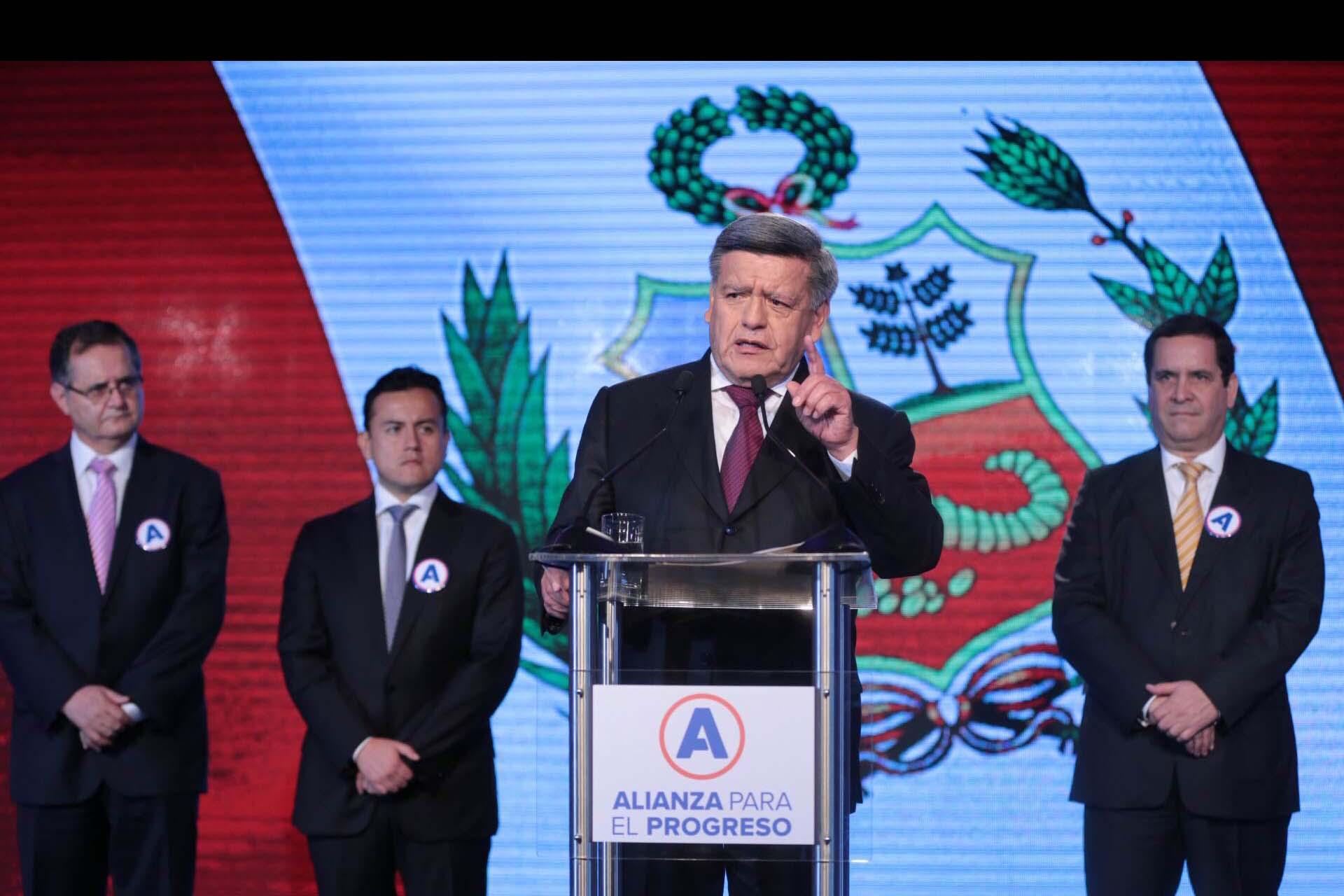El peruano César Acuña será investigado por regalar dinero en el marco de su campaña electoral