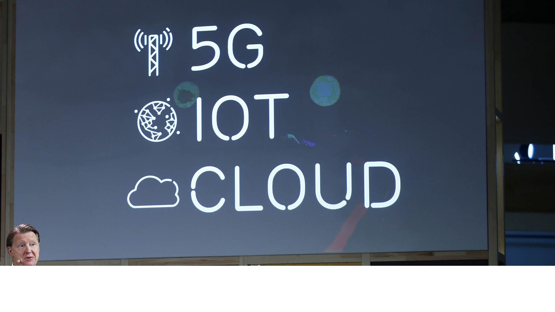 El fabricante de redes telefónicas adoptará los servicios en nube de almacenaje del gigante del comercio electrónico