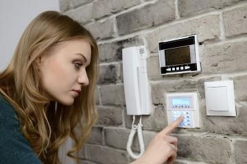 Se recomienda verificar puertas y ventanas, colocar todos los dispositivos de seguridad y suspender el suministro de agua hacia la casa
