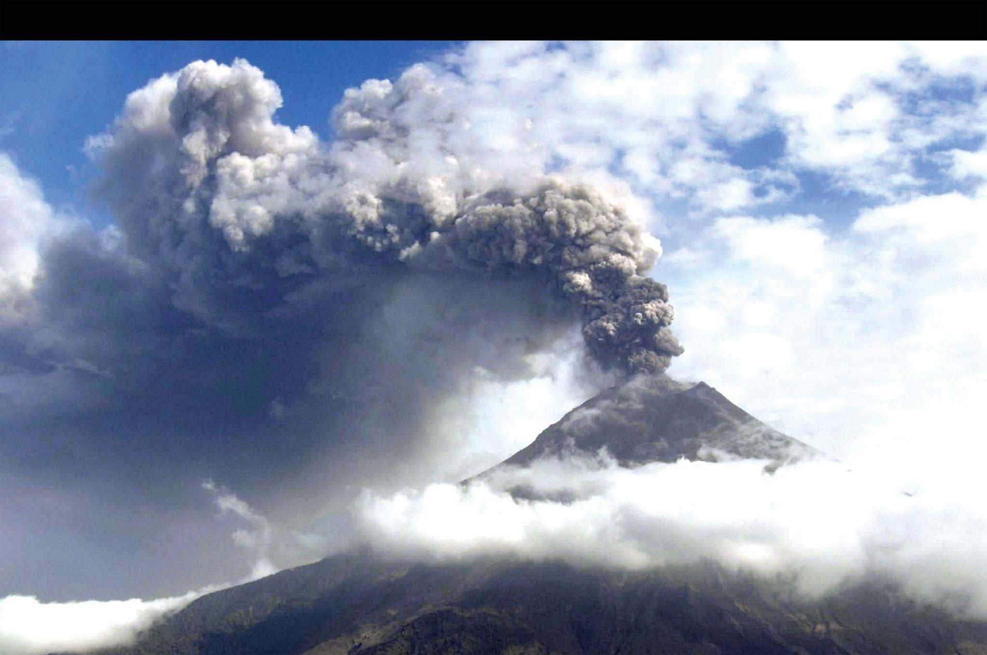 El volcán Tunguruahua expulsó cenizas a cuatro aldeas