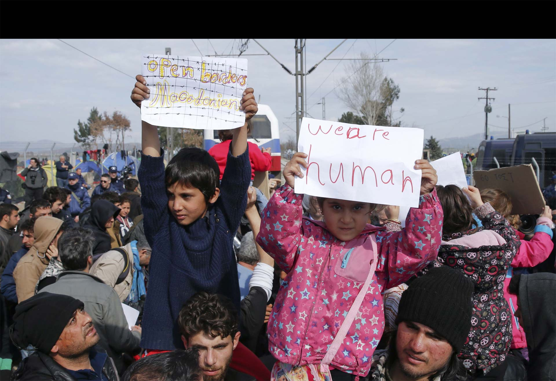 """""""Nuestros niños no solo mueren por las bombas, sino también por frío"""", se lee en un campamento para migrantes"""